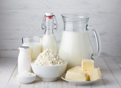 Il latte e i suoi derivati sono uno dei primi alimenti da evitare per non soffrire di gonfiore addominale