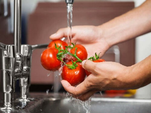 Lavare la frutta con l'aceto di mele
