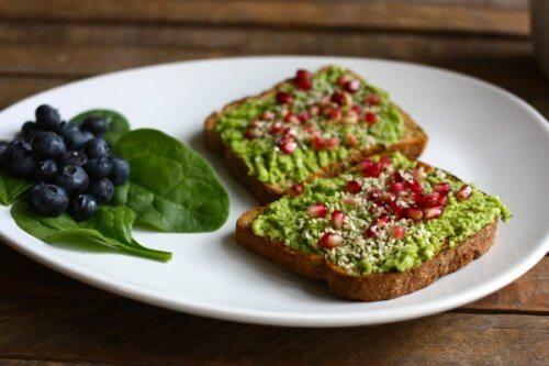 Toast avocado e melagrana