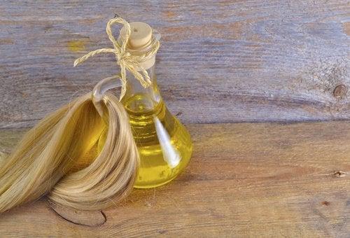 Bottiglia con olio e ciocca di capelli