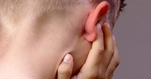 Bambino con mal d'orecchio