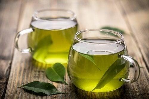 Il tè verde in tazze