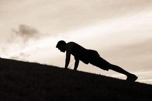 I plank e i plank laterali sono ottimi esercizi per ridurre la pancia
