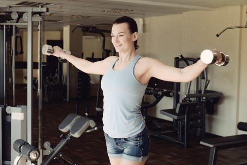 Per rinforzare le braccia possiamo usare i pesi, ma anche bottiglie d'acqua