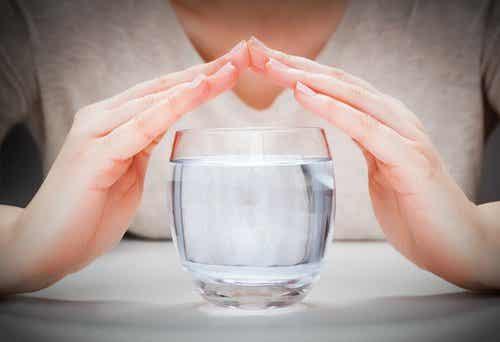 Bere un bicchiere d'acqua mezz'ora prima dei pasti: cosa succede?