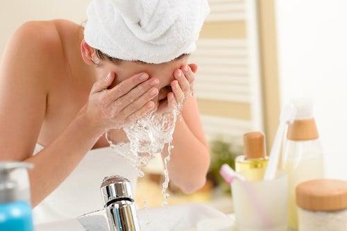 giovane donna che si lava il viso