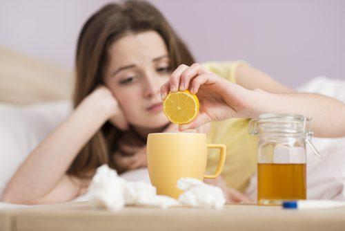 Donna beve tisana con limone