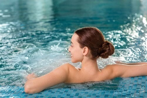 Donna si rilassa in piscina