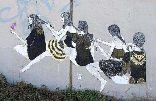 murale di donne che si fanno la treccia a vicenda