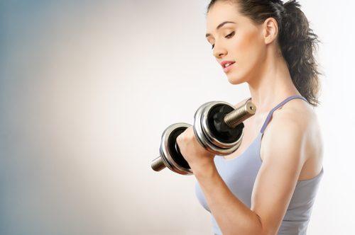 Gli esercizi con i manubri ci aiutano a rinforzare le braccia