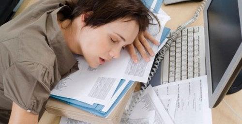 Donna dorme sui libri