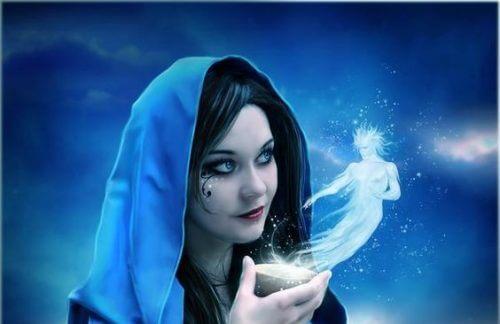 donna con cappuccio blu e volto truccato