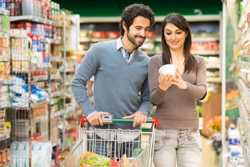 Coppia che legge etichetta nutrizionale