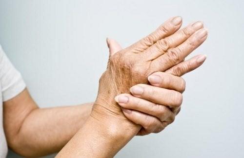 6 rimedi naturali per alleviare il dolore dell'artrite