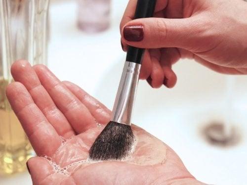 lavare i pennelli per truccarsi
