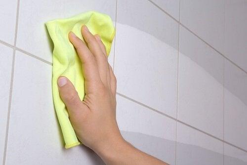 lavare le piastrelle della doccia