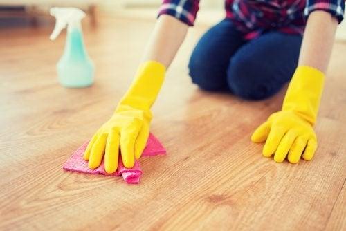 fare le pulizie di casa