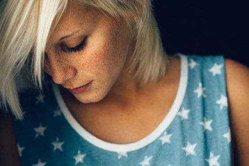 donna con maglia blu a stelle