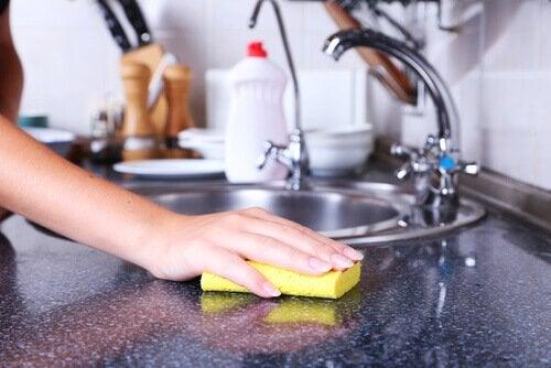 donna che pulisce ripiano lavandino