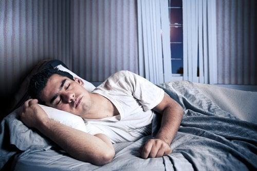 la melatonina è l'ormone che regola il processo di sonno e veglia