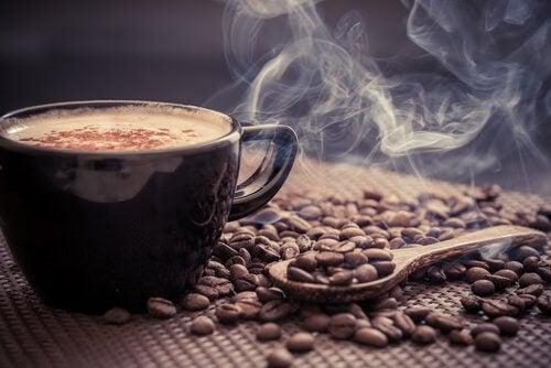 una tazza di caffè al mattino