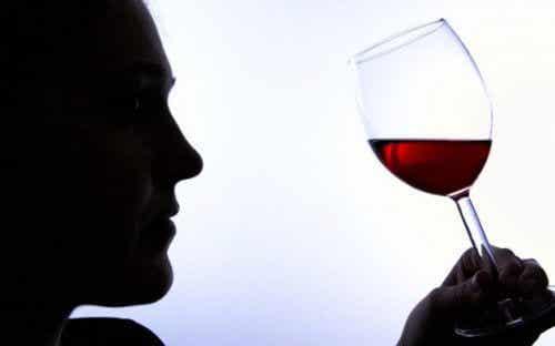 Dipendenza da alcol: 6 segnali inconfondibili