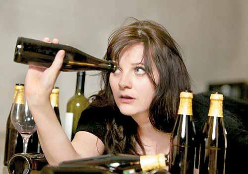 controllare riserve di alcol in casa e dipendenza