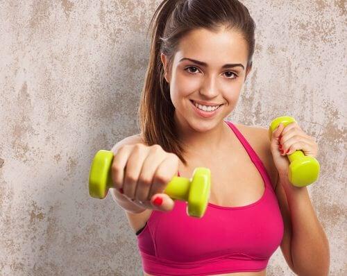 sollevare manubri per accelerare il metabolismo