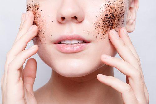 Esfoliare la pelle con prodotti naturali