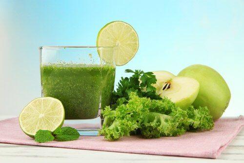Frullato con insalata e mela verde per una colazione sana
