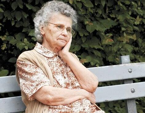 Anziana su una panchina