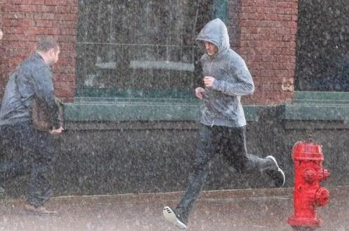 Ragazzo che corre con la pioggia