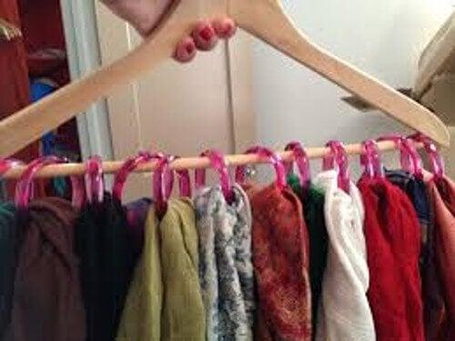 Appendere sciarpe nella armadio