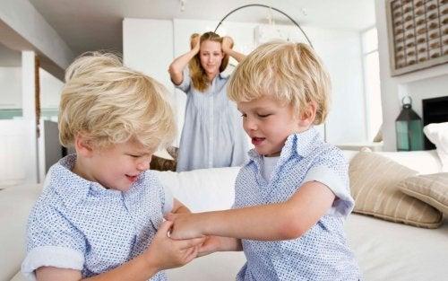 bambini che fanno rumore e confusione