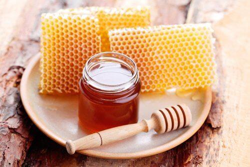 il miele è utile nel trattamento delle unghie incarnite