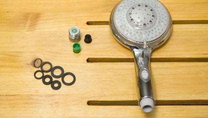 Rimuovere i residui di calcare dal soffione della doccia