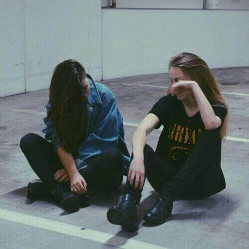 ragazze che parlano tra loro per ridurre ansia
