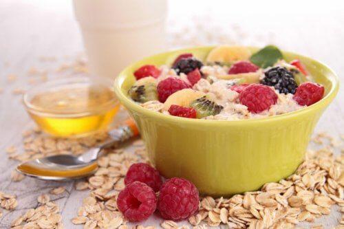 Tazza con avena e frutta