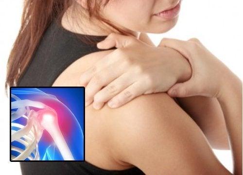 donna con capsulite articolare alla spalla
