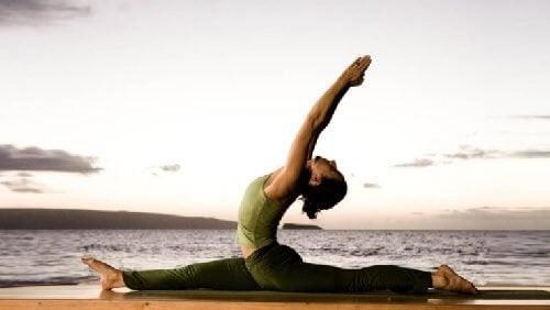 Posizioni yoga che aiutano a dimagrire