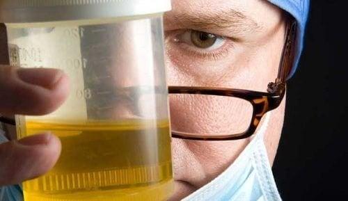 fa la perdita di peso causa odore di urina