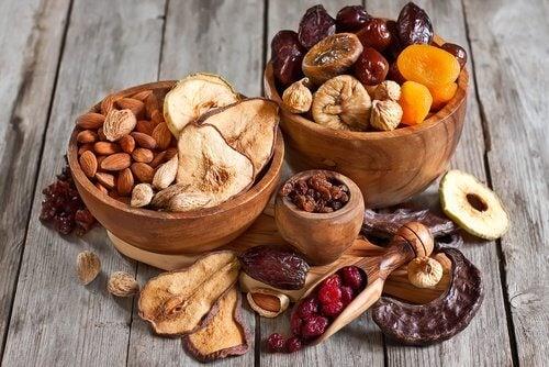 La frutta secca e i semi si possono si possono consumare in qualunque momento della giornata