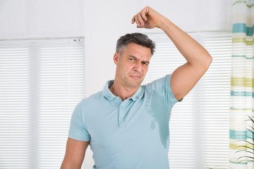 Uomo con sudorazione eccessiva delle ascelle