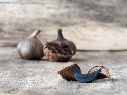 spicchio di aglio nero