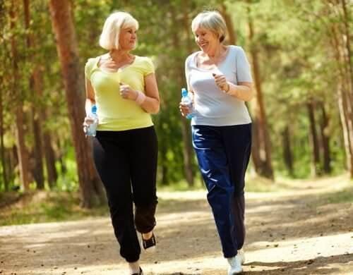 Donne anziane camminano per perdere peso