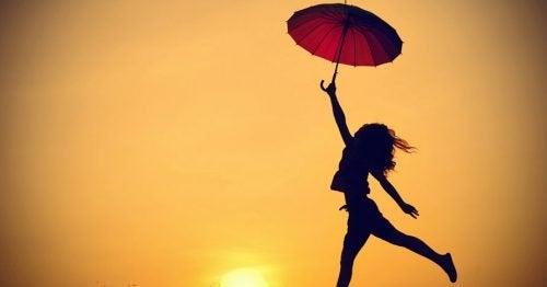Donna al tramonto con ombrello