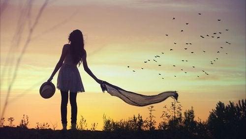 ragazza sola al tramonto