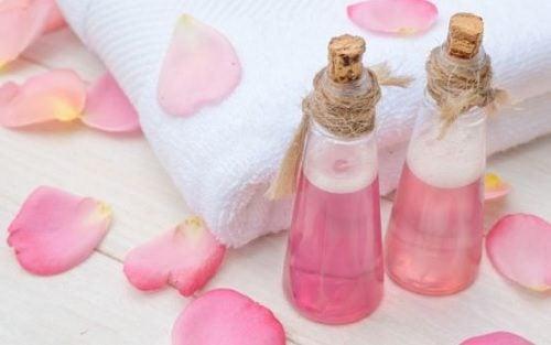 Acqua di rose per il viso: 5 preziosi rimedi