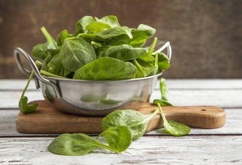 foglioline di spinaci freschi crudi