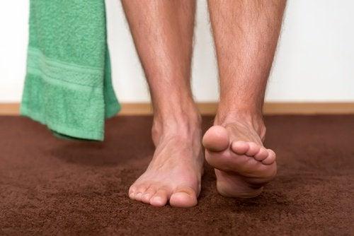 Asciugare i piedi dopo la doccia